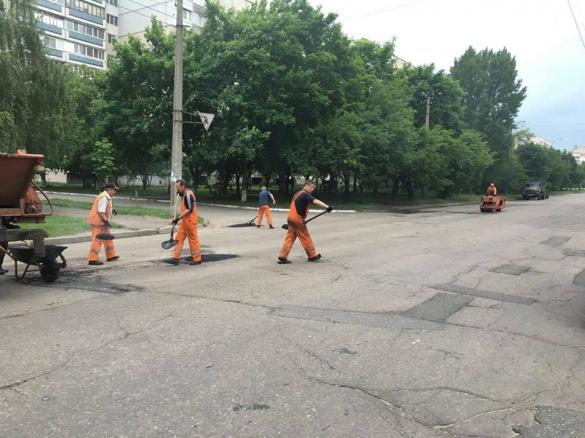 Дорогу ремонтують на ще одній вулиці Черкас (ФОТО)