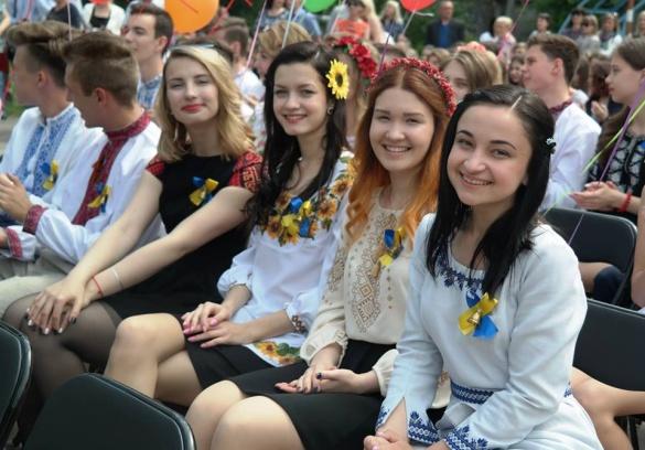 У Черкасах відзначають свято останнього дзвоника (ФОТО)