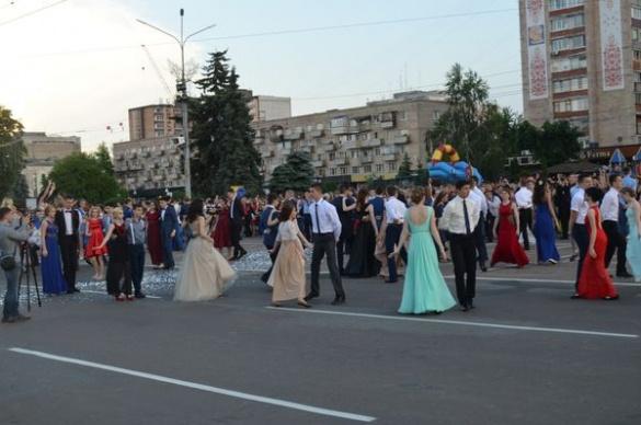 Як мер Черкас та секретар міськради із випускниками танцювали (ФОТО, ВІДЕО)
