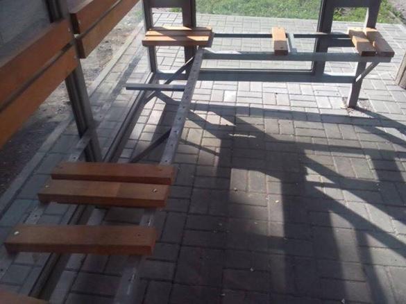 Вандали розібрали зупинку в Черкасах (фотофакт)