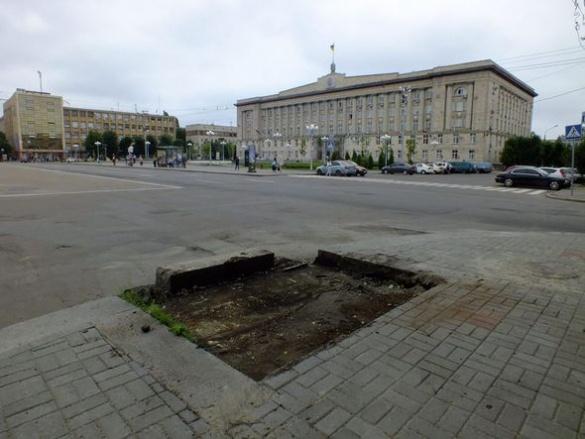 Центральну алею Черкас очищають від реклами (ФОТО)