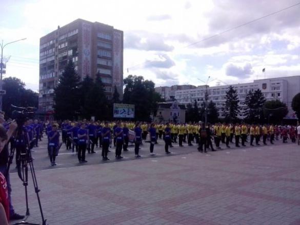 Близько тисячі черкащан просто неба прокачали прес і встановили рекорд України (ФОТО)