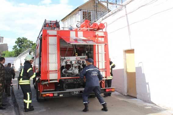 У Черкасах в слідчому ізоляторі рятувальники тренувалися гасити пожежу