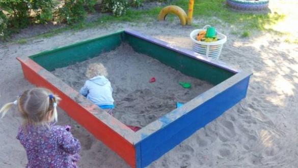 В одному з черкаських дитсадків діти в пісочниці граються землею (ФОТО)