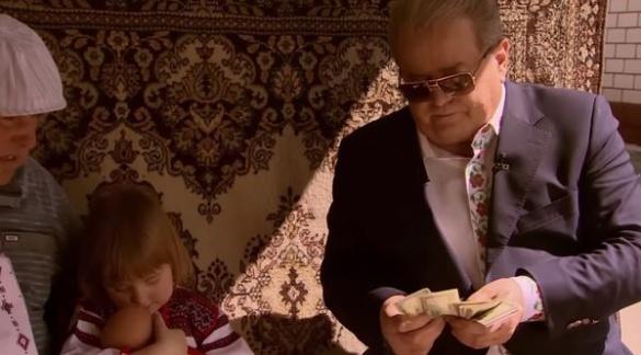 Екс-депутат від Черкас роздавав  долари перед поляками (ВІДЕО)