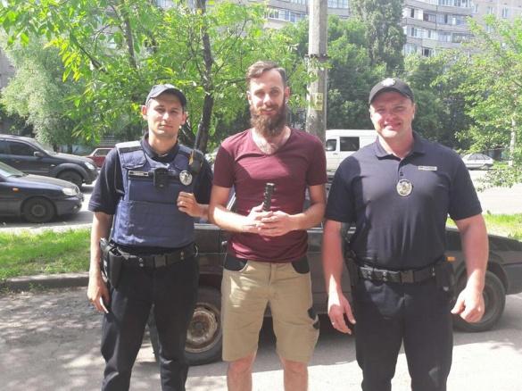 Черкащанин знайшов тактичний ліхтарик патрульного поліцейського