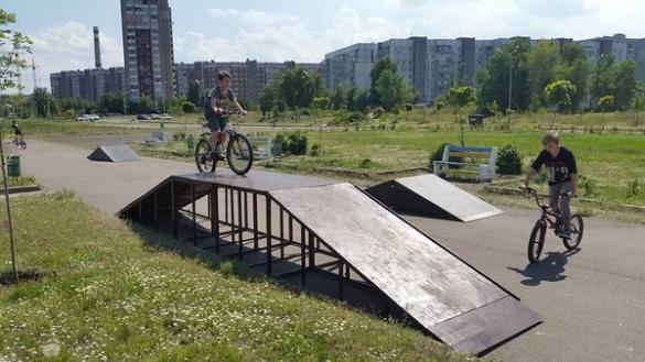 На черкаській набережній встановили скейт-велопарк, а в Долині троянд - роздягальню (ФОТО)