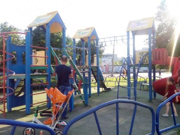 У Черкасах дітям вже небезпечно гратися на майданчиках