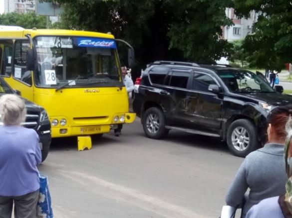 В ДТП у Черкасах потрапили автобус і позашляховик (ФОТО)
