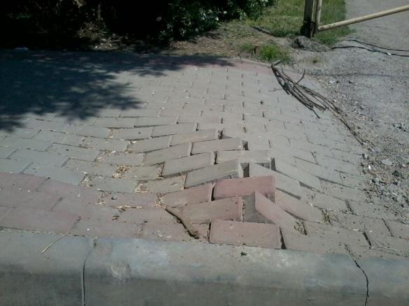 Пошкоджену плитку на тротуарі біля Долини троянд відновили