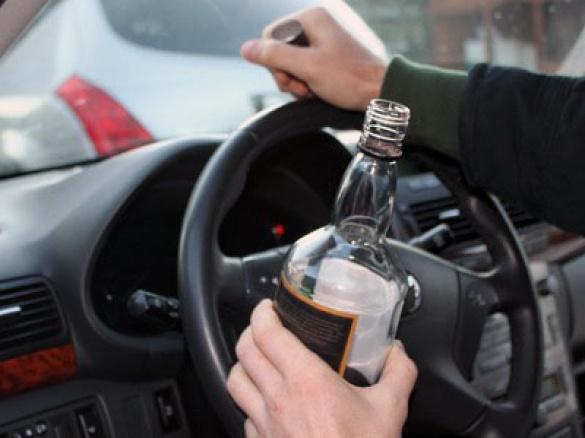 У Черкасах п'яний водій після скоєної ДТП зачинився у машині,