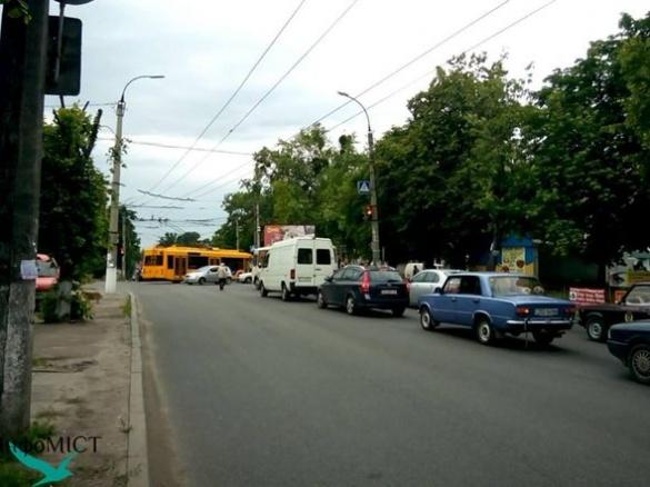 На центральній вулиці Черкас зламався новий троллейбус (ФОТО)