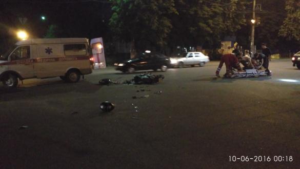 Неподалік черкаського вокзалу зіштовхнулися легковик та мотоцикл (ФОТО)