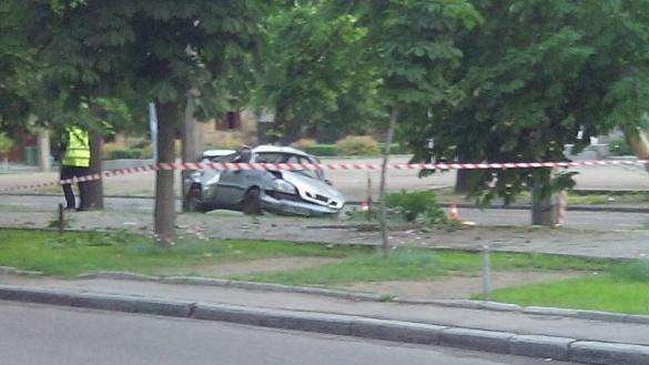 У центрі Черкас автівка в'їхала у дерево на алеї (ФОТО)