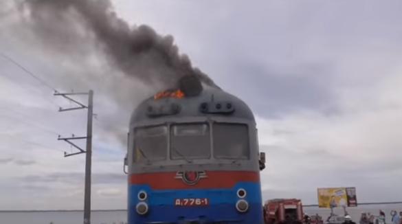 У мережі показали, як горів дизель-потяг на дамбі поблизу Черкас (ФОТО, ВІДЕО)
