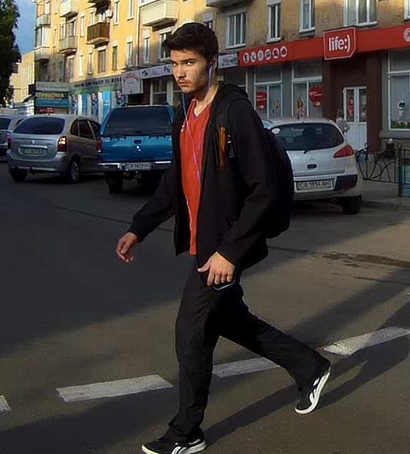 Черкащанин із георгіївською стрічкою на одязі розгулює містом