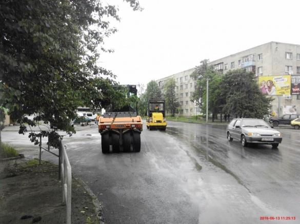 Черкащани повідомляють про ремонт доріг під час дощу
