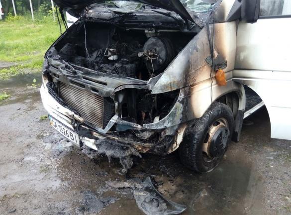 У Черкасах під час стоянки загорівся мікроавтобус (ФОТО)