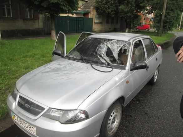 Посеред дороги у Черкасах загорівся автомобіль (ФОТО)