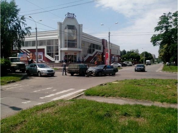 На перехресті у Черкасах зіткнулися дві автівки (ФОТО)