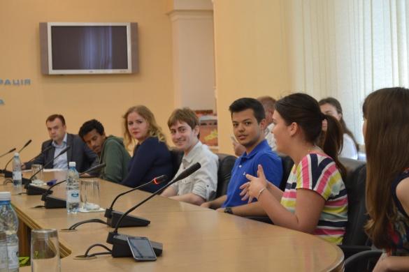Молодь з-за кордону навчає черкаських школярів англійській мові (ФОТО)
