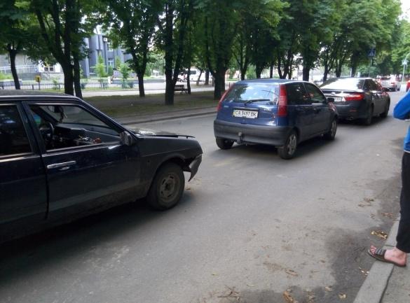 На бульварі Шевченка у Черкасах в ДТП потрапило три автівки (ФОТО)