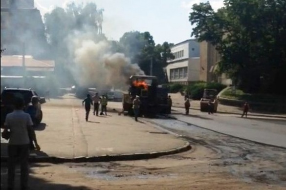 У Черкасах під час ремонтних робіт спалахнув асфальтоукладник (ВІДЕО)