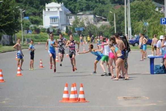 У Черкасах 200 людей у спеку бігали, каталися на велосипедах і плавали у Дніпрі