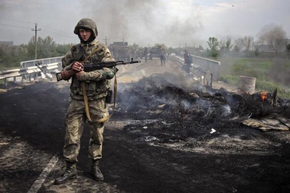 Черкащанин виготовляє пам'ятник кримським добровольцям, які загинули в боях за Україну