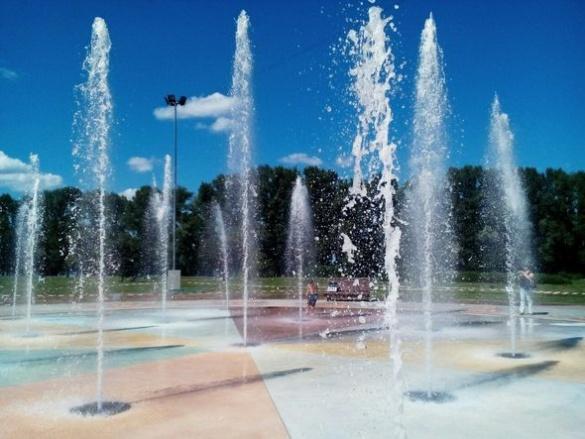 Новий сучасний фонтан запрацював у Долині троянд