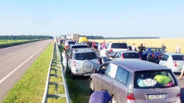 Величезний затор утворився через зіткнення двох вантажівок неподалік Умані