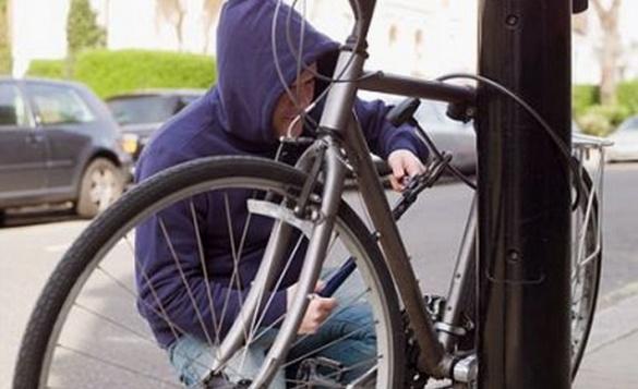 У Черкасах шукають злодія, який поцупив велосипед у центрі міста (ВІДЕО)