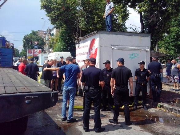 У центрі Черкас влада намагається знести незаконні кіоски (ФОТО)