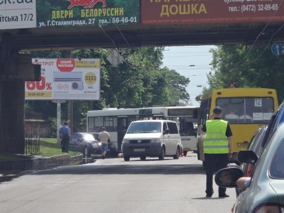 Через зіткнення автобуса і легковика на одній з вулиць Черкас утворився затор