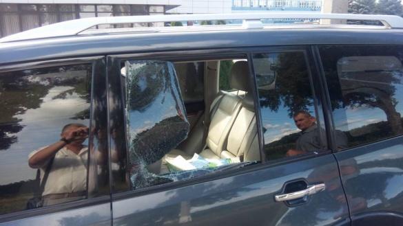 Черкаському депутату вдруге розбили скло автомобіля (ФОТО)