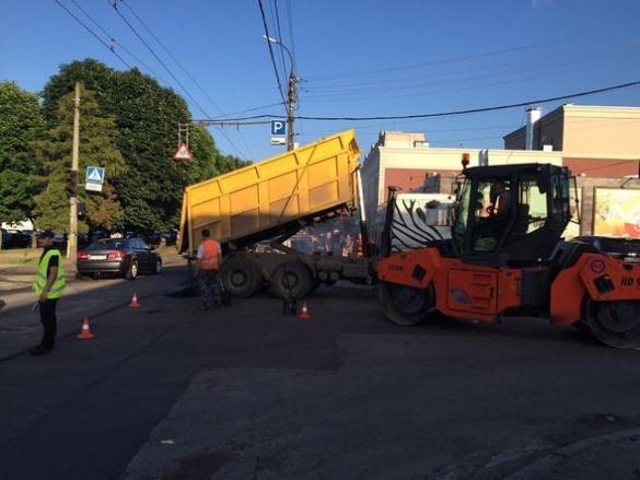 Ремонт доріг у Черкасах продовжується: комунальники працюють цілодобово