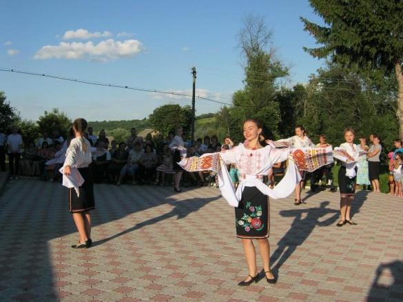 На Черкащині посадовець навколішки вручав орден матері загиблого АТОвця