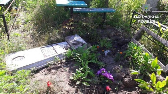 У Черкасах вандали зруйнували пам'ятник та викрали металеву огорожу на кладовищі