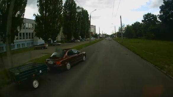 У Черкасах необачний водій мало не врізався в тролейбус з пасажирами (ВІДЕО)