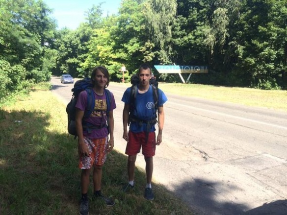 На Черкащину завітали два львів'яни, які подорожують…пішки
