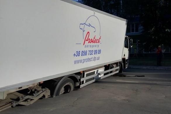 Посеред дороги у Золотоноші провалилася вантажівка (ФОТО)