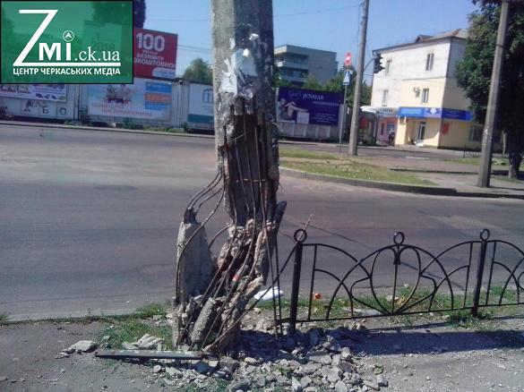 На центральній вулиці Черкас після наїзду авто залишився напівзруйнований стовп (ФОТО)