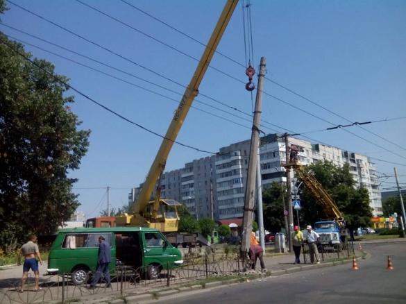 Аварійний стовп на бульварі Шевченка у Черкасах демонтували (ФОТО)
