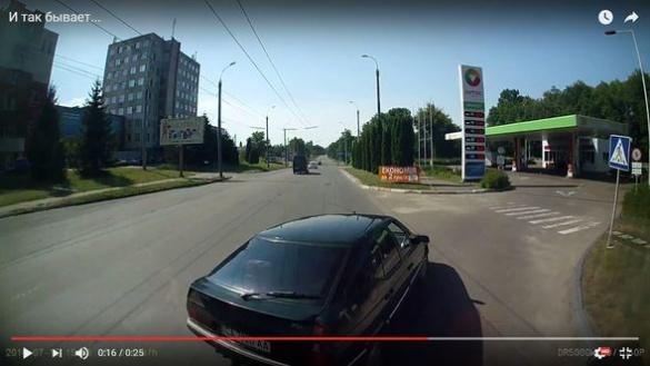Черкаський водій ледь не спровокував ДТП із тролейбусом (ВІДЕО)