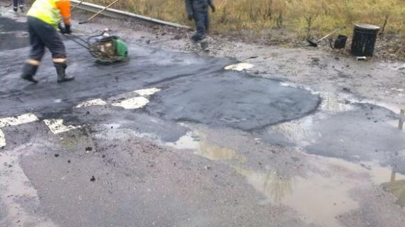 Під час дощу знову ремонтували дорогу в Черкасах (ФОТО)