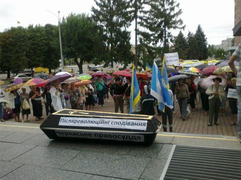 Біля міськради мітингуючі встановили