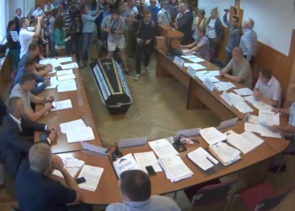 Мітингуючі занесли труну до залу засідань Черкаської міськради