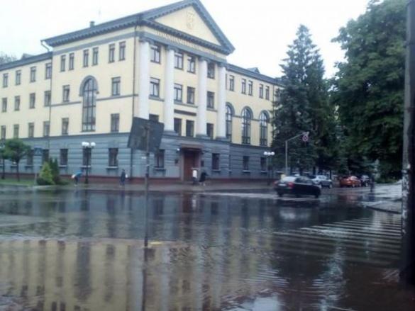 Одну із центральних вулиць Черкас повністю затопило (ФОТО)