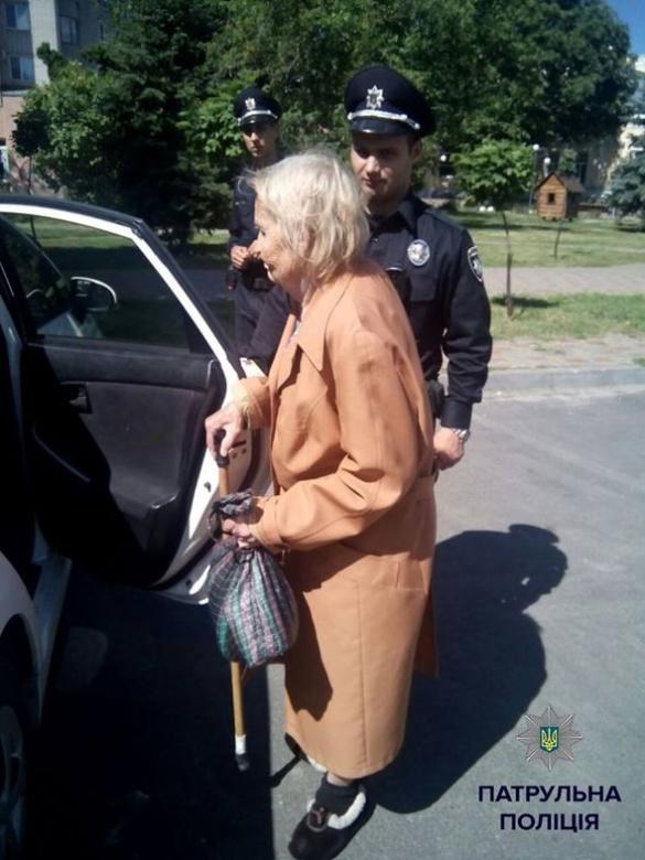 У Черкасах патрульні допомогли жінці дістатися додому