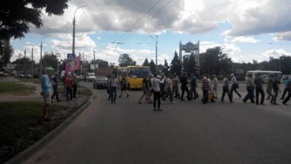 Черкаські АТОвці заблокували рух біля